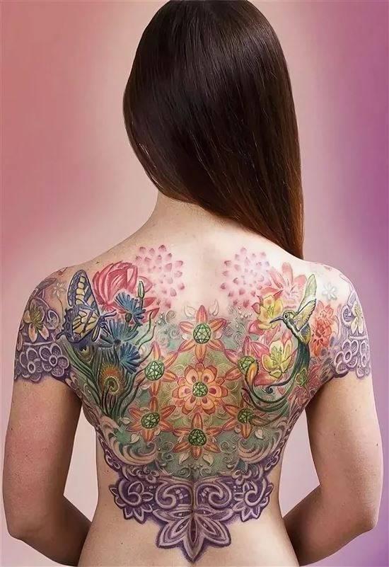 найти фото цветные тату на спине инвока это